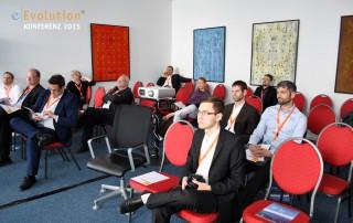 Die Gäste der eEvolution Konferenz hören sich einen Vortrag an