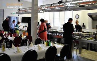 Die Gäste bedinen sich am Buffet der eEvolution Konferenz