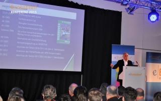 Martin Kind hält einen Vortrag über die Chronik des Hannover 96