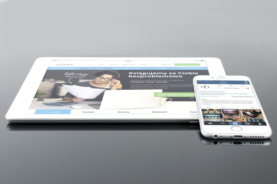 Ein Tablet und ein Smartphone zeigen eine responsive Anwendung.