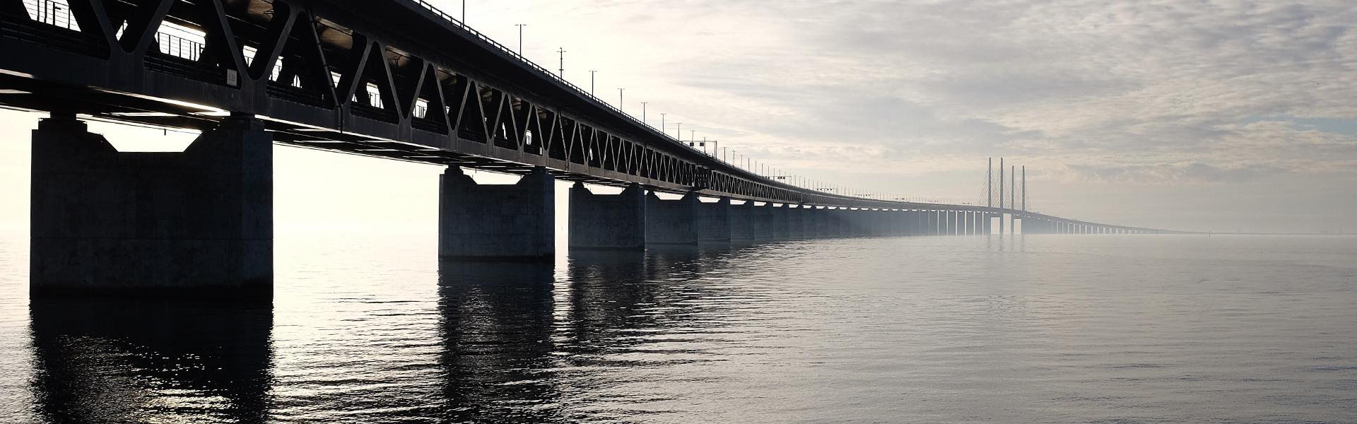 Eine lange Auto-Brücke über ein Fluß