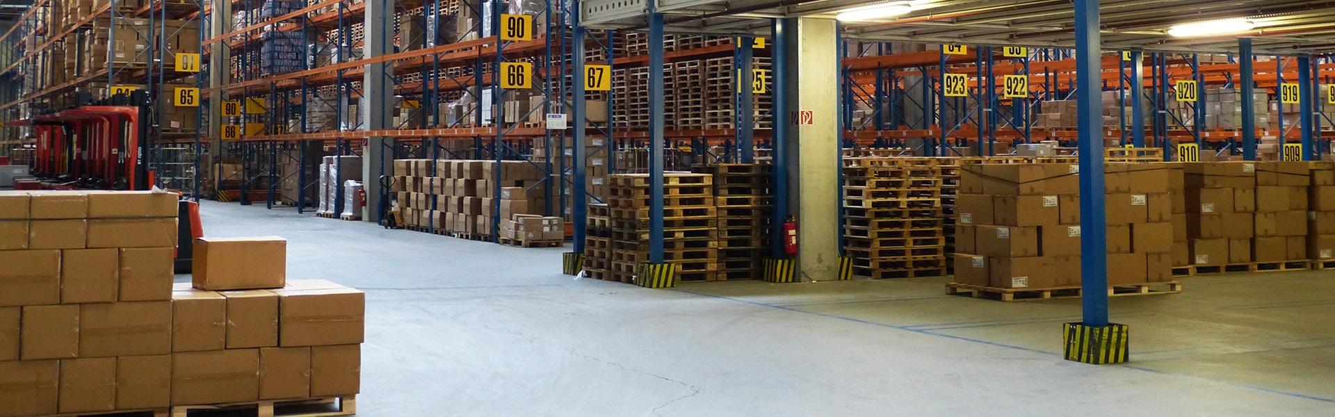 Blick in ein Hochregallager mit Paletten voller Kartons.